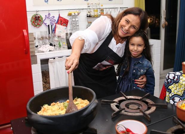 Fafá de Belém e a neta, Laura, cozinham no apartamento da cantora (Foto: Deividi Corrêa/AgNews)