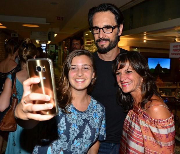 Rdorigo Santoro e fãs (Foto: AgNews)