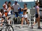 Ana Lima mostra a barriguinha sequinha durante caminhada