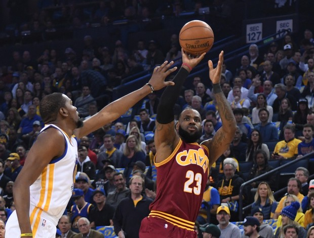 LeBron James, do Cleveland Cavaliers, arremessa marcado por Kevin Durant, do Golden State Warriors