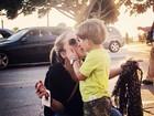 Cláudia Leitte dá selinho no filho e posta texto reflexivo