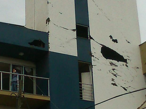 Estrutura de prédios ficaram comprometidas (Foto: Flávio Carvalho/TudosobreXanxerê)