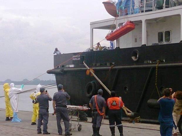 Paciente voluntário foi retirado do navio por médicos (Foto: Orion Pires/G1)