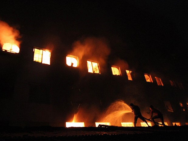 Incêndio em fábrica de roupas em Bangladesh (Foto: AFP)