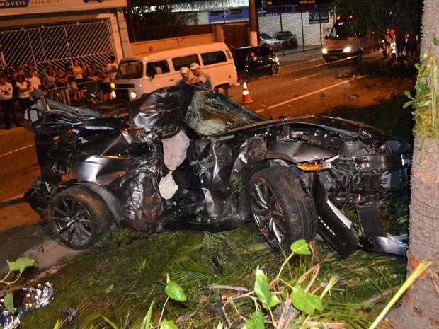 Acidente deixou veículo destruído; uma pessoa morreu no local  (Foto: Edu Silva/Futura Press/Estadão Conteúdo )