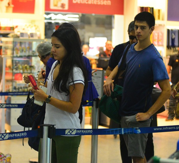 William Bonner e Fátima Bernardes com os filhos no aeroporto (Foto: William Oda / AgNews)