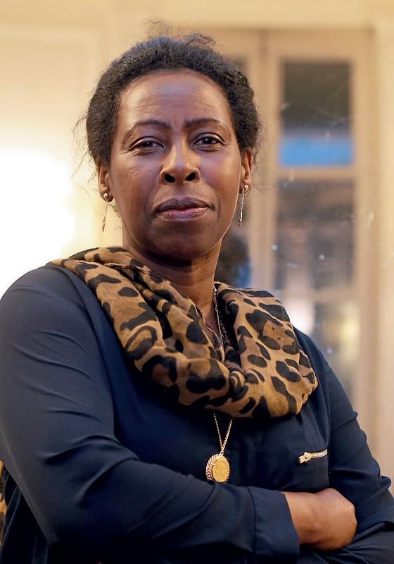 SCHOLASTIQUE MUKASONGA A escritora ruandesa conta como o genocídio em seu país liquidou sua família e como a tragédia foi determinante para que ela decidisse enveredar pela literatura (Foto: Patrick Kovarik / AFP)
