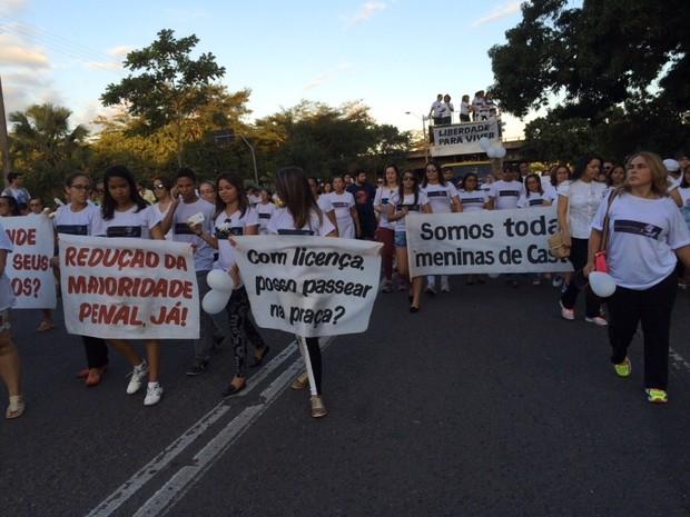 Dezenas participaram de caminhada que lembra as vítimas de Castelo do Piauí (Foto: Anieli Brandão/TV Clube)