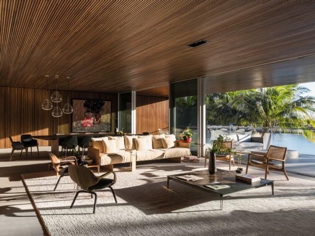 Madeira e concreto dão o tom da casa projetada por Marcio Kogan em Miami (Foto: Fran Parente/divulgação)