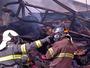 Bombeiros controlam incêndio em galpão de reciclagem, em Mogi