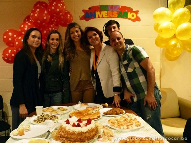 Grazi comemorou com a equipe de Flor do Caribe (Foto: Flor do Caribe / TV Globo)