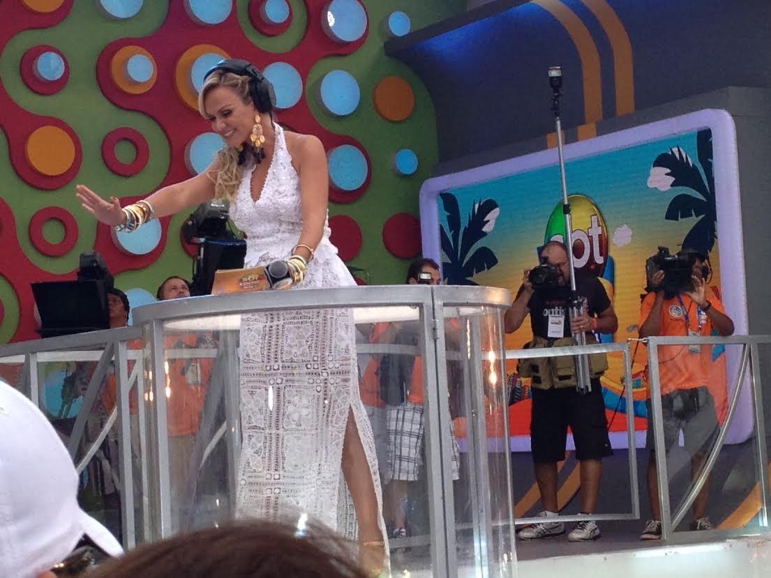 Eliana chega ao trio de Ivete em plataforma móvel (Foto: EGO)