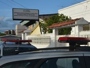 Mulher foi levada para delegacia, onde prestou depoimento (Foto: Walter Paparazzo/G1)