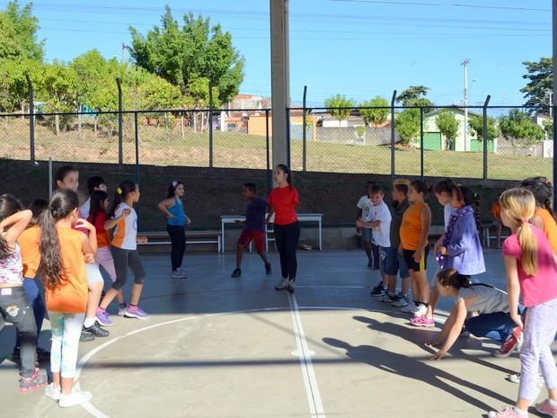 Carol durante explicação de atividade com alunos em escola de Piracicaba (Foto: Fernanda Zanetti/G1)