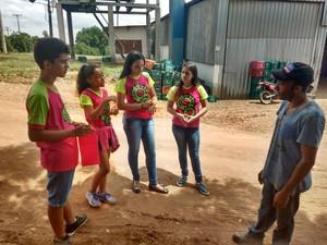 Alunos conversaram com trabalhadores de pomares da região (Foto: Amanda Christovam/Arquivo Pessoal)