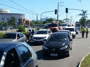 Trânsito se formou na Fernando Ferrari, em Vitória (Foto: Gabriela Ribeti/ TV Gazeta)