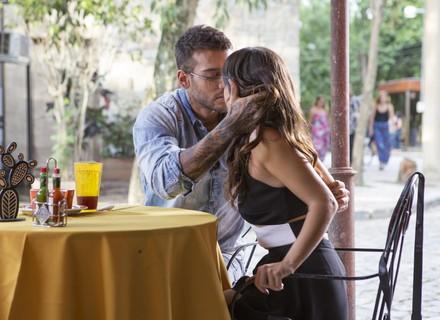 Daniel beija Milena, e Ralf vê