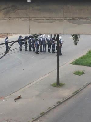 Força Tática invade a avenida Nove de Abril, embaixo de viaduto, em Cubatão, SP (Foto: Nivaldo Tomazini/TV Tribuna)