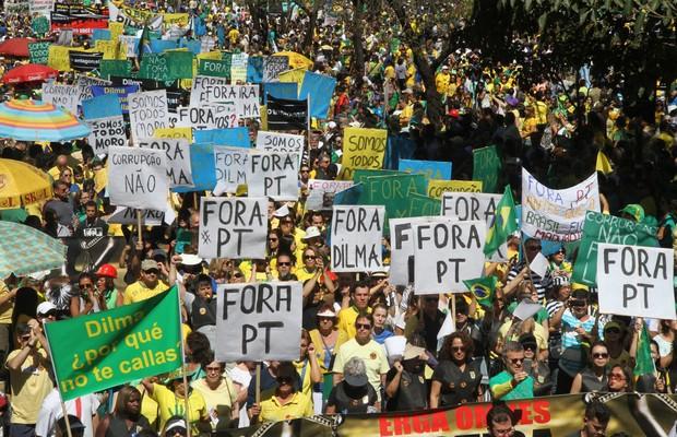 Manifestantes próximo à Praça da Liberdade, em Belo Horizonte (MG) (Foto: Agência EFE)