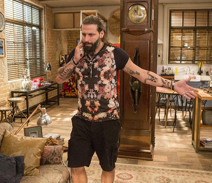 Ralf aparece na sala e atrapalha Vittorio a fugir (Foto: Felipe Monteiro / Gshow)