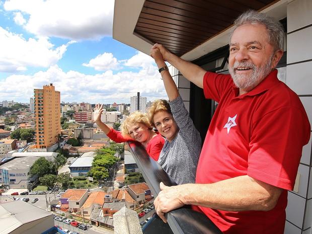 Lula, Dilma Rousseff e Marisa Letícia acenam para os militantes da sacada do apartamento do ex-presidente em São Bernardo do Campo (Foto: Sérgio Castro/Estadão Conteúdo)