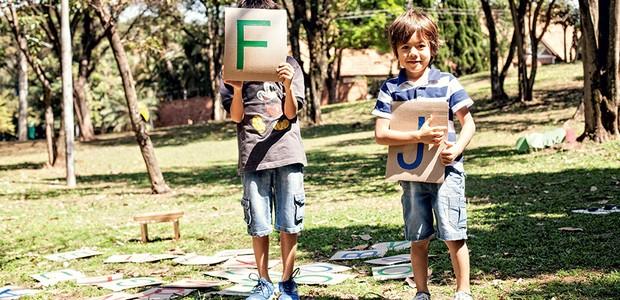Para brincar na grama de montar palavras ou de forca, é só escrever letras com fitas coloridas em pedaços quadrados de papelão  (Foto: Elisa Correa/Editora Globo)
