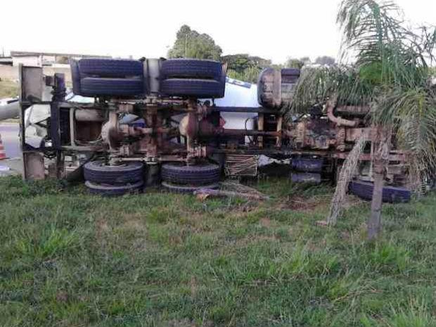 Caminhão tomba em avenida perto do Parque das Águas em Sorocaba (Foto: Isaque Lodi/TEM Você)