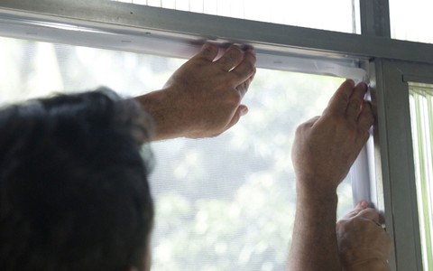 Gilmar ensina a instalar tela protetora removível contra mosquitos