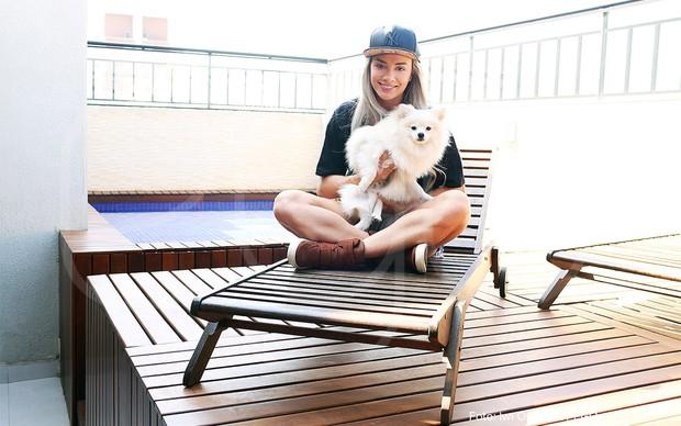 Juju posa com Julio na área externa do apartamento (Foto: Iwi Onodera/EGO)