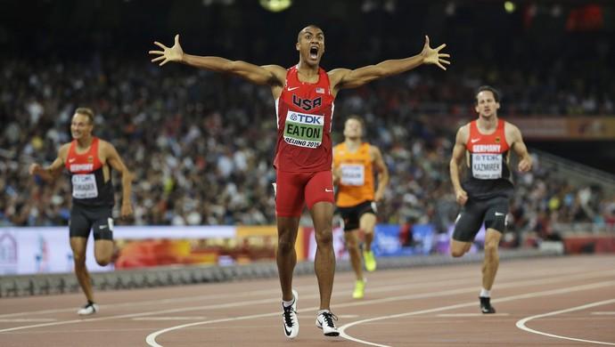 Asthon Eaton quebrou o recorde mundial dos 400m rasos do decatlo (Foto: AP)