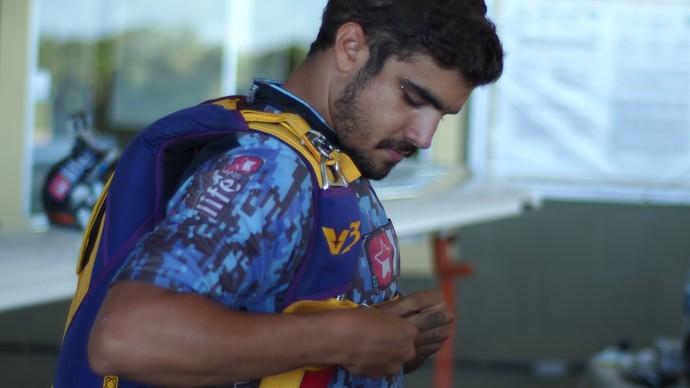 Caio Castro prepara-se para saltar de paraquedas no Rio Grande do Norte (Foto: Rota Inter TV/ Yuri Riesemberg)