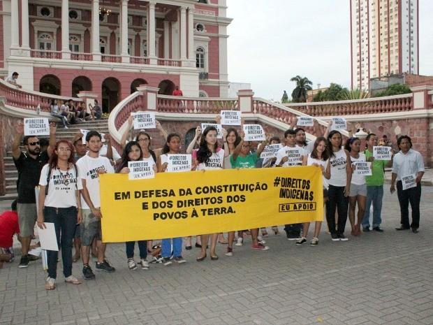 Grupo se reuniu em frente ao Teatro Amazonas para protestar contra a PEC 215 (Foto: Jamile Alves/G1 AM)