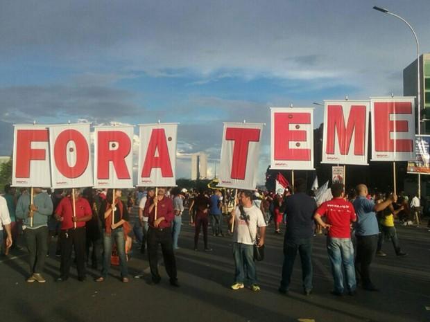 Estudantes contrários à PEC que limita o teto de gastos carregam cartazes com Fora Temer em Brasília nesta terça-feira (29) (Foto: Luiza Garonce/G1)