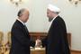 O diretor-geral da AIEA, Yukiya Amano, cumprimenta o presidente do Irã, Hassan Rohani, neste domingo (17) em Teerã.