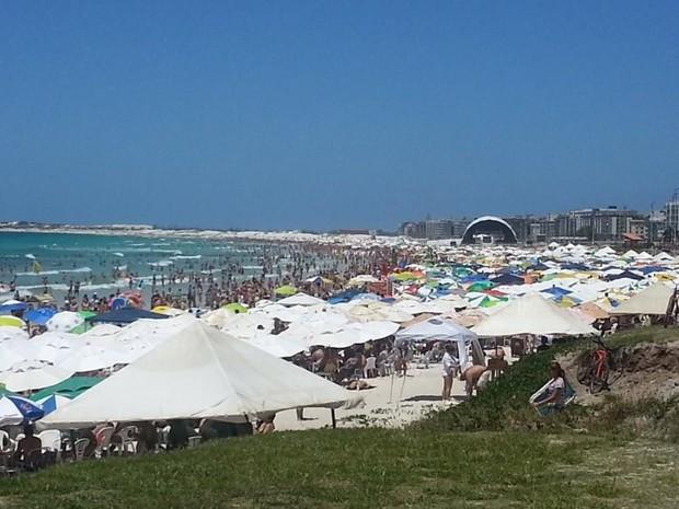 Feriado de 15 de Novembro lotou a praias do Forte em Cabo Frio (Foto: Fernada Soares / G1)