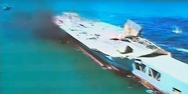 Imagem de perto mostra estragos causados à réplica de navio americano após ataque com míssil em treinamento perto do Estreito de Hormuz, no Irã (Foto: AP/Iran TV)