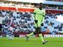 Revelação nigeriana faz três gols, e Manchester City avança com goleada