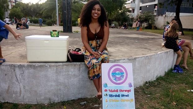 Carine aproveitou o evento para vender mousses com nomes de itens do jogo (Foto: Derek Gustavo/G1)