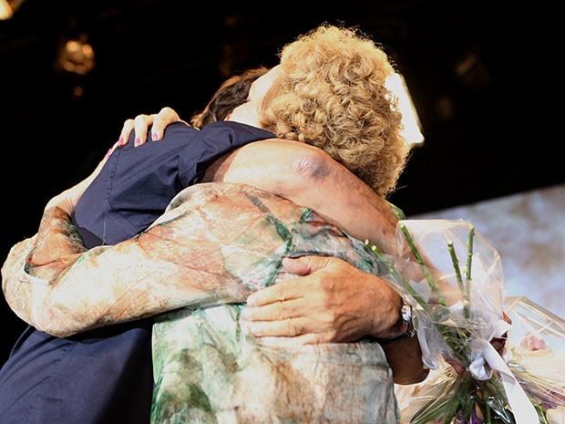 Arlete Salles abraça Dennis Carvalho durante homenagem (Foto: Carol Caminha / Gshow)