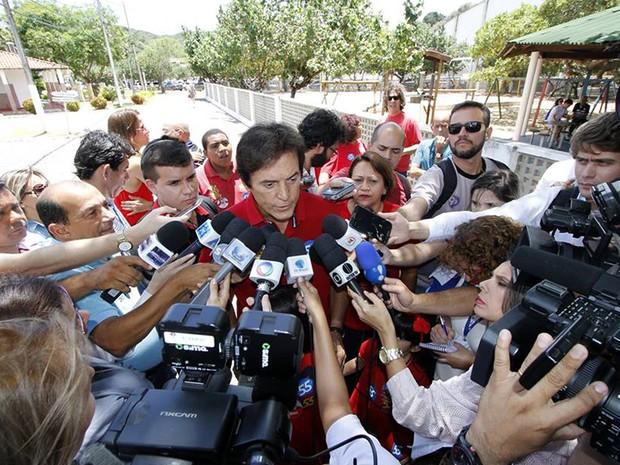 Robinson Faria, candidato ao governo do RN pelo PSD, dá entrevista no local de votação (Foto: Elias Medeiros/G1)
