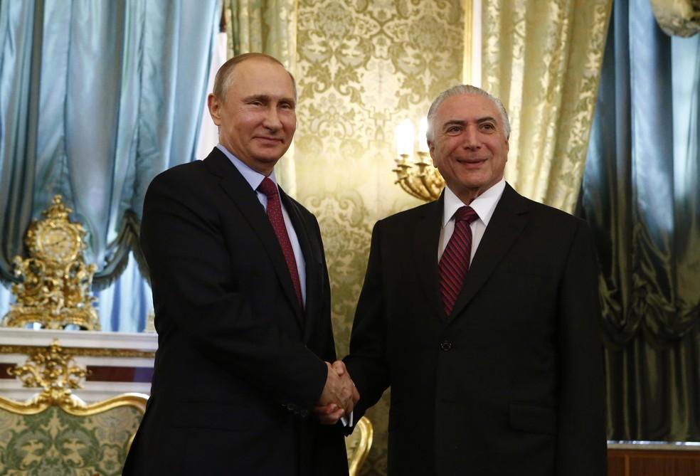 Temer e Putin posam para foto durante reunião no Kremlin (Foto: Sergei Karpukhin/Reuters )