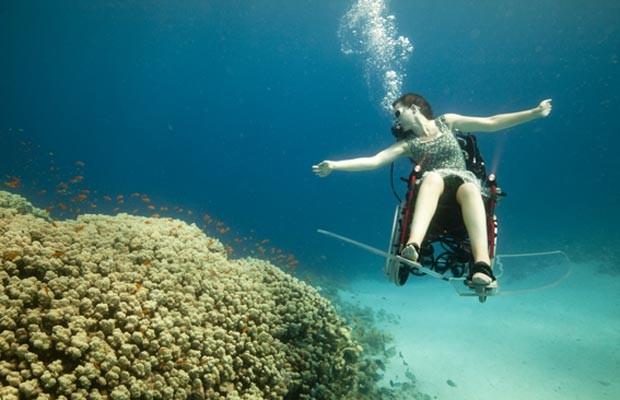Paraplégica mergulha com um equipamento especial (Foto: wearefreewheeling.org.uk)