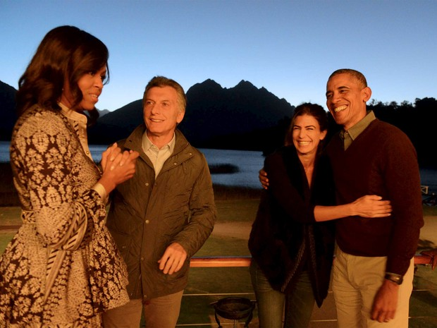 U.S. President Barack Obama (R) and First Lady Michelle Obama (L) talk with Argentine President Mauricio Macri and his wife Juliana Awada before departing from San Carlos de Bariloche for Buenos Aires, from where the Obamas will return to the United State (Foto: Presidência da Argentina/Reuters)