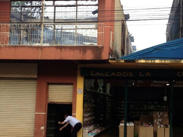 Chamas atingiram depósito que fica no segundo andar do prédio anexo à loja de calçados (Foto: Caio Vasques / RPC TV)