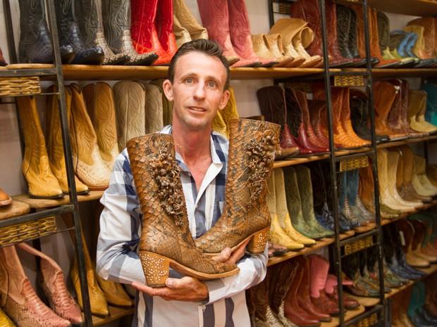 Olívio Martins é conhecido por confeccionar botas com couros exóticos (Foto: Alfredo Risk/G1)