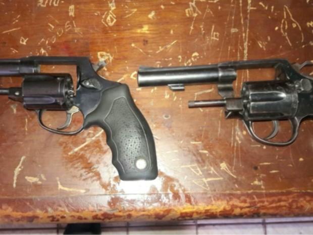 Duas armas de fogo calibre 38 estavam em poder de Ricardo da Costa Cruz Pereira e Bergome Windson Alvez Diniz (Foto: Reprodução/TV Mirante)