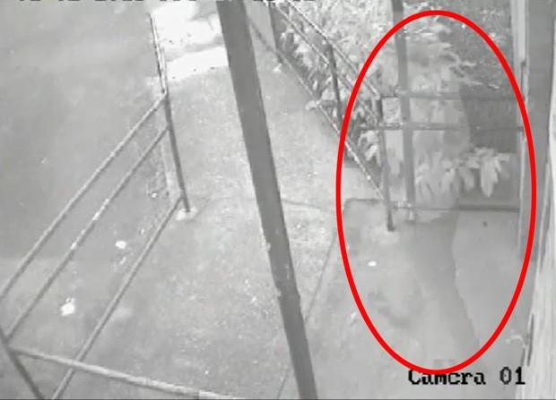 Câmera teria registrado fantasma saindo de centro comunitário (Foto: Reprodução)
