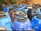 Prefeitura notifica dono de terreno com tambores de comida estragada
