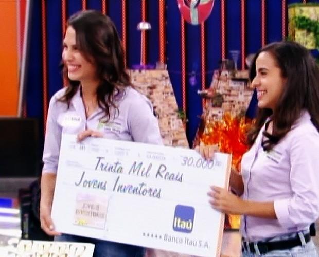 As meninas ganharam R$30 mil pela sua invenção (Foto: Caldeirão do Huck/TV Globo)