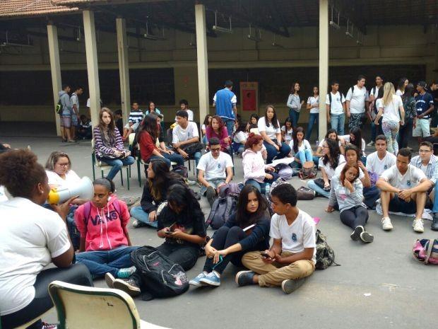 Grupo de alunos se reúne em pátio após ocupação da Escola Carlos Gomes, em Campinas (Foto: Cristiane Anizeti)